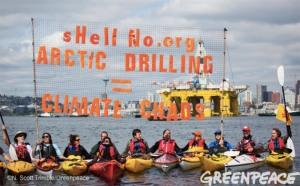 Pobl Seattle yn cynnal protest yn eu kayaks yn erbyn Shell sy'n bwriadu tyllu yn yr Arctig. Llun: N.Scott Trimble / Greenpeace USA 2015