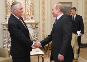 Pennaeth ExxonMobil Rex Tillerson yn cwrdd ag Arlywydd Rwsia, Vladimir Putin.